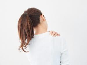 寝違えたら肩甲骨まで痛い!なぜ?