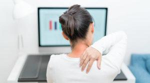 肩を痛めた女性